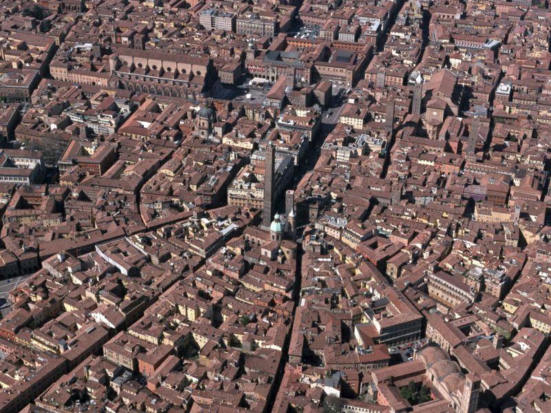 Bologna contro Booking.com: saranno gli host a versare la tassa di ...